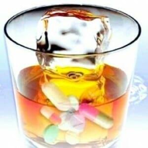 Стакан алкоголя и таблетки