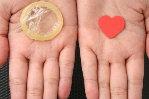 Презерватив и сердечко на ладони