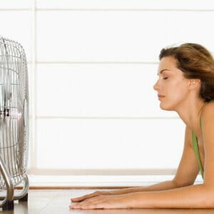 Женщина напротив вентилятора