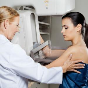 Девушка на маммографии