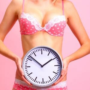 Девушка держит часы