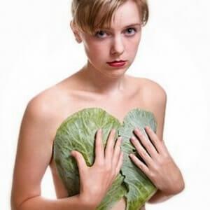 Девушка с капустными листьями