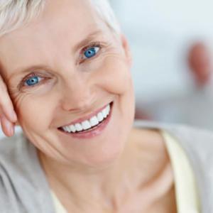 Пожилая женщина улыбается