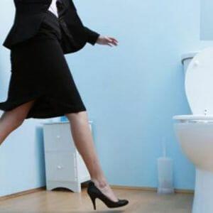 Девушка в юбке идет в туалет