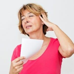 Женщина с листом бумаги