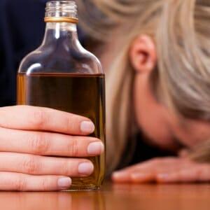 Девушка с алкоголем