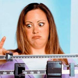 Удивленная женщина на весах