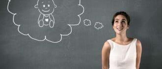 Девушка и нарисованный ребенок