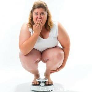 Толстая женщина на весах