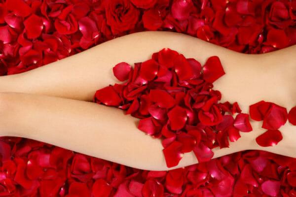Девушка в лепестках роз