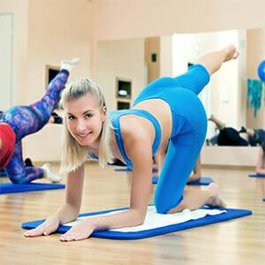 Девушка на йоге
