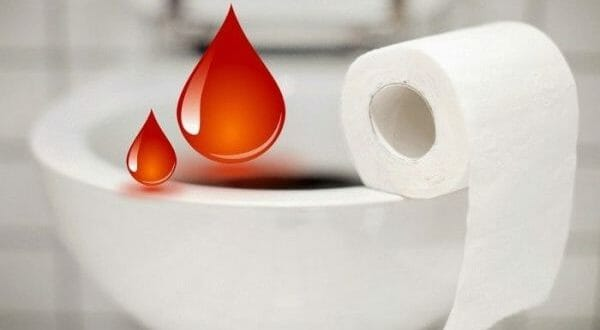 Туалетная бумага и красные капли на унитазе