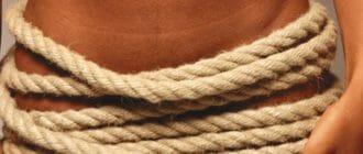 Девушка обмотана веревкой