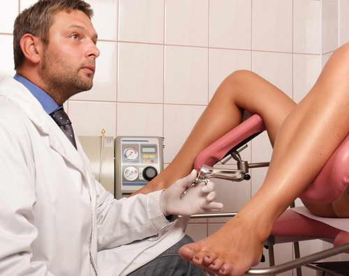 Гинеколог и женщина на осмотре