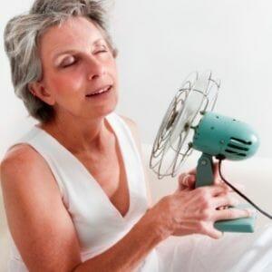 Женщина с вентилятором в руках