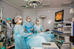 Хирурги делают лапароскопию