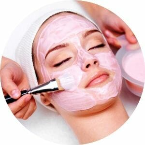 Девушке делают маску на лицо