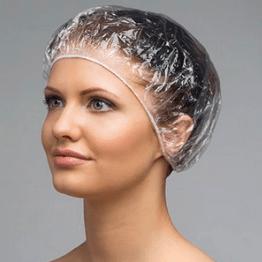 Девушка в шапочке для окрашивания волос