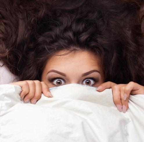 Девушка закрылась одеялом