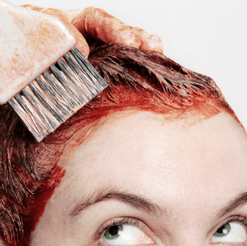 Красит волосы