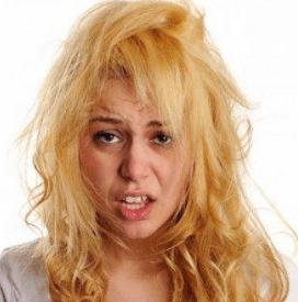 Неудачное окрашивание волос у девушки