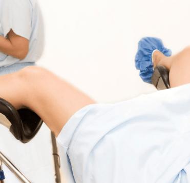 Женщина на кресле у гинеколога