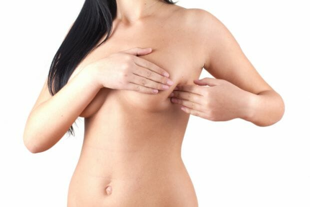 Девушка трогает грудь