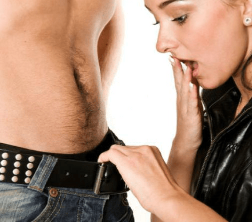 Девушка смотрит в штаны парню