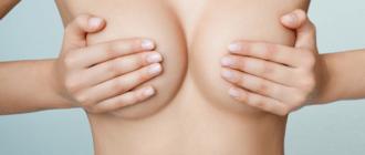 Закрывает грудь руками